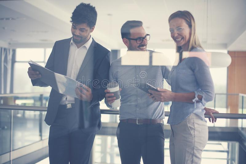 Ludzie biznesu w biurze ma rozmowę i używać cyfrowych obrazy stock