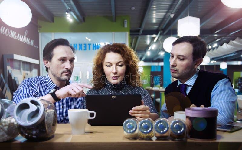 Ludzie biznesu w kawiarni, salowej zdjęcia stock