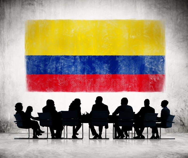Ludzie Biznesu w spotkaniu z Kolumbijską flaga obraz stock