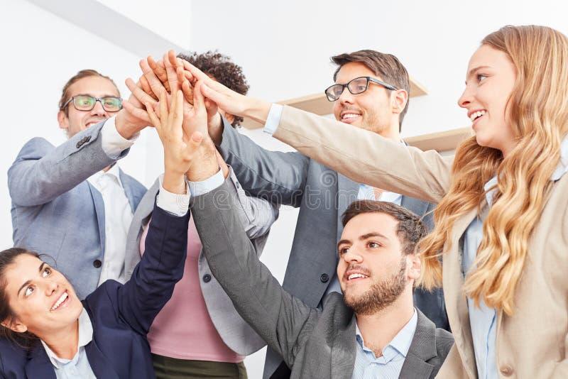 Ludzie biznesu w uruchomienie drużyny sterty rękach zdjęcia stock
