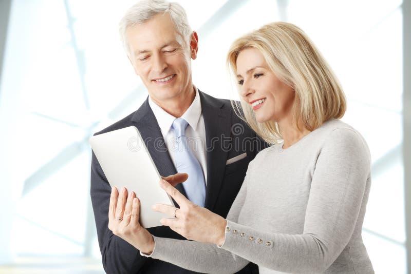 Ludzie biznesu z cyfrową pastylką obraz stock