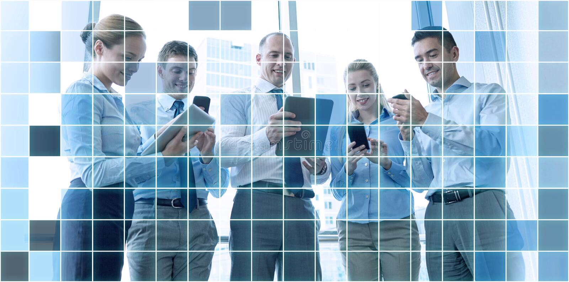 Ludzie biznesu z pastylek smartphones i komputerem osobistym obrazy royalty free