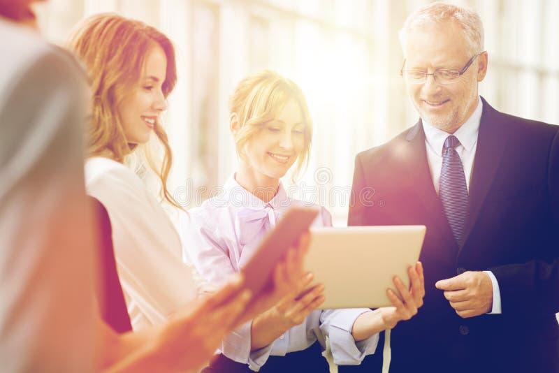 Ludzie biznesu z pastylka komputeru osobistego komputerami przy biurem zdjęcie royalty free