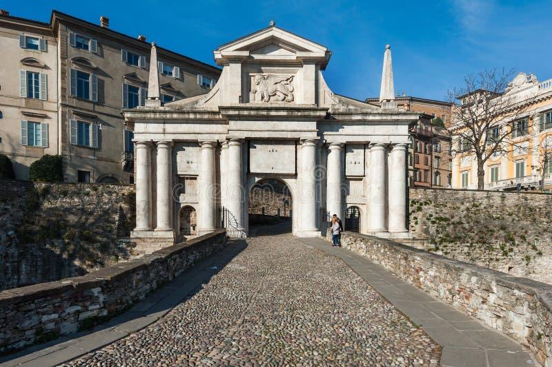 Ludzie blisko miasto bram San Marco w Bergamo miasteczku, Włochy zdjęcie royalty free