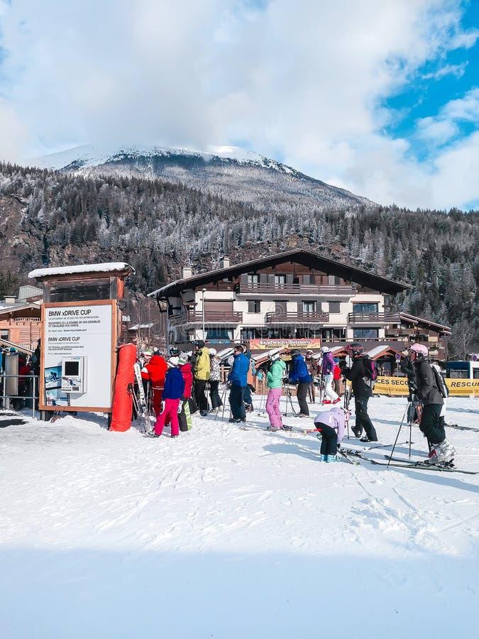 Ludzie blisko narciarskiego dźwignięcia i skłony w górach zima uciekają się, Francuscy Alps zdjęcie stock