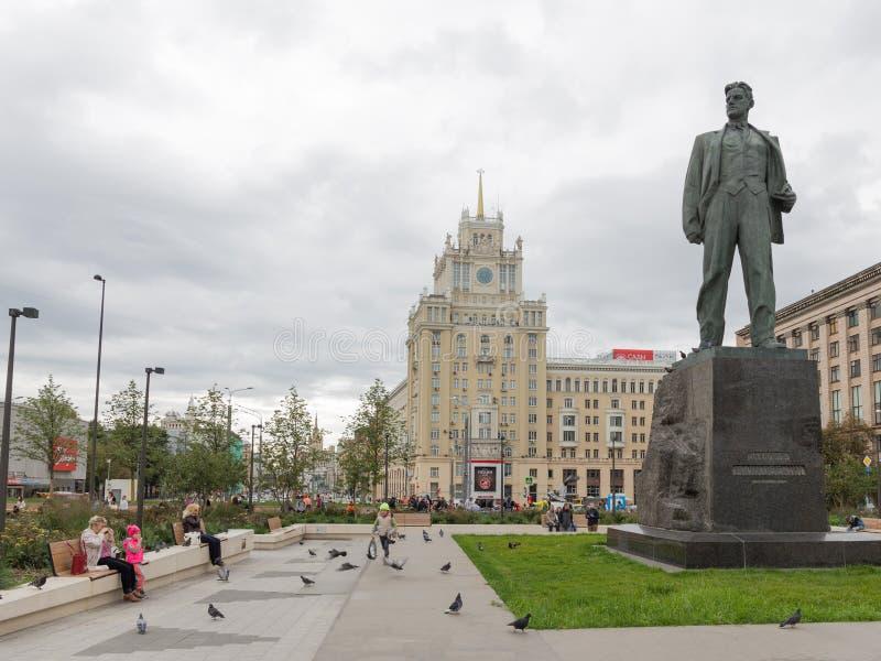 Ludzie blisko zabytku poeta Mayakovsky obrazy stock