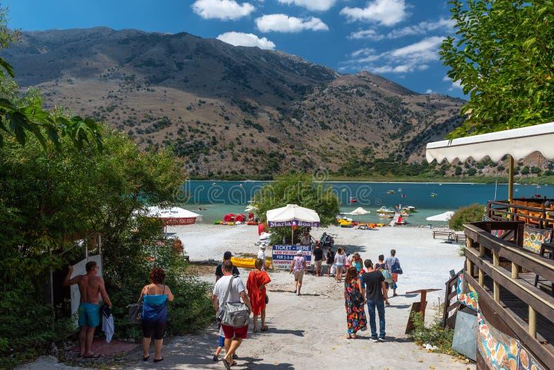 Ludzie chodzą Kournas jezioro, lokalizować po środku wyspy obraz royalty free