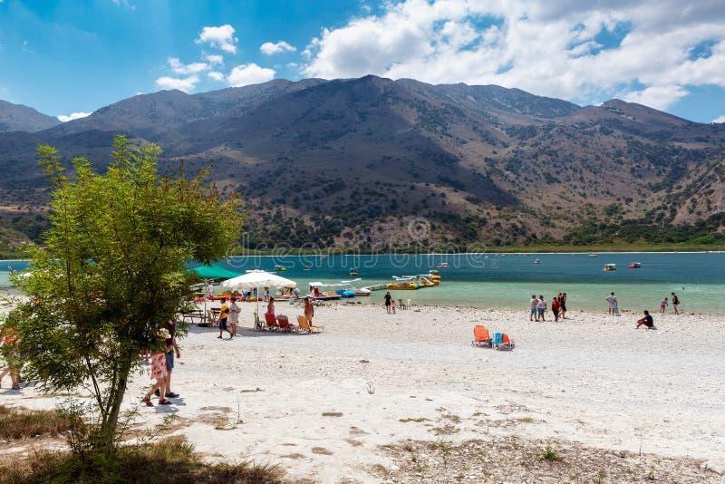 Ludzie chodzą Kournas jezioro, lokalizować po środku wyspy zdjęcie royalty free