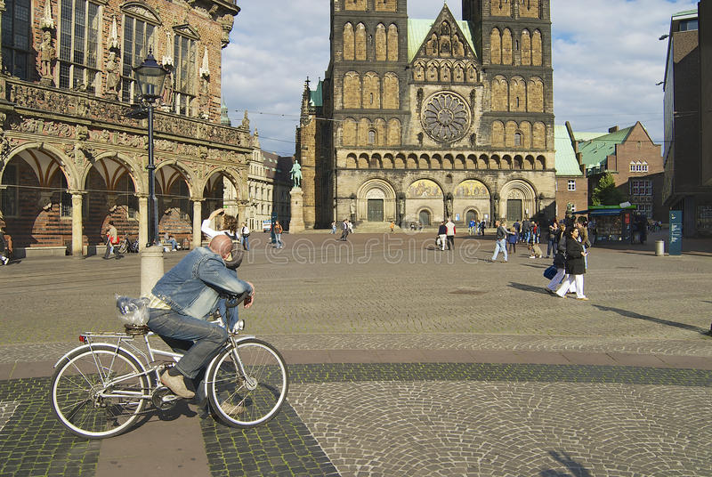 Ludzie chodzą kwadratem z historycznym urzędem miasta i katedrą w tle w Bremen, Niemcy zdjęcie stock
