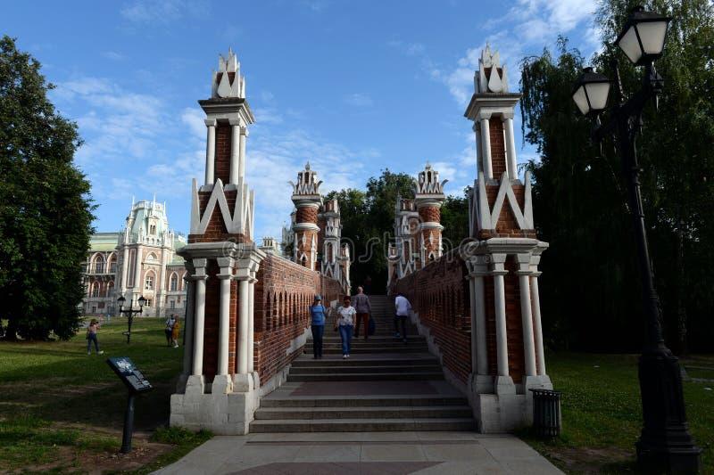 Ludzie chodzą na obliczającym moście w Moskwa stanu dziejowej i architektonicznej rezerwie «Tsaritsyno « obrazy royalty free
