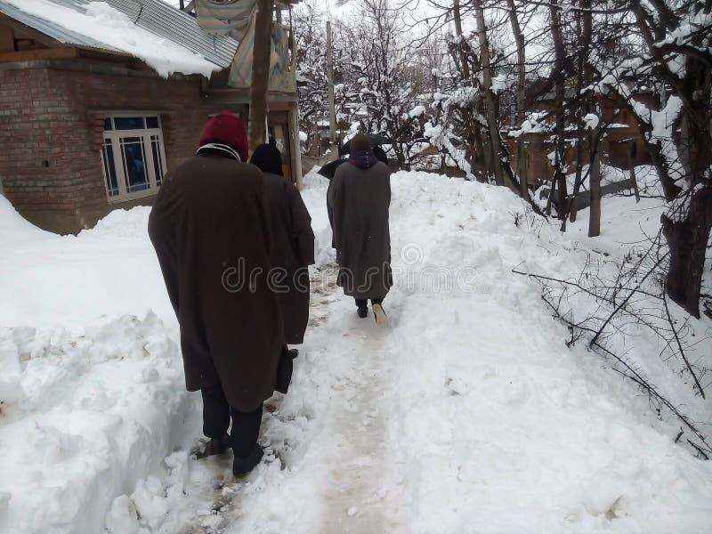 Ludzie chodzą ostrożnie na śnieżnej ścieżce zdjęcie royalty free