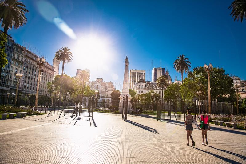 Ludzie chodzą po placu Plaza de Mayo w Buenos Aires, Argentyna zdjęcie royalty free