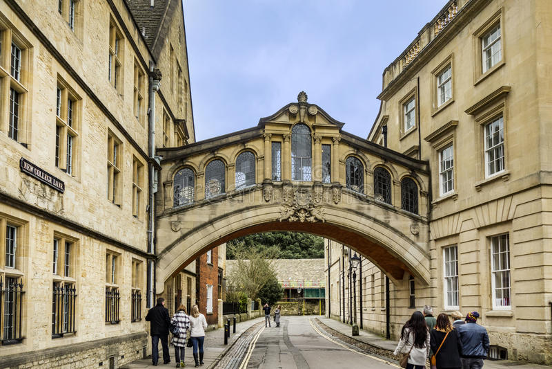 Ludzie chodzą pod mostem westchnienia w Oxford obrazy stock