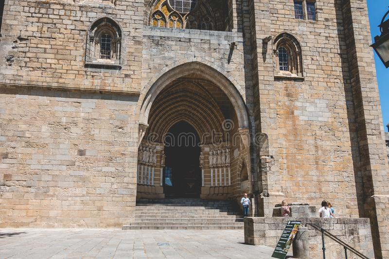 Ludzie chodzą przed Katedralną bazyliką Nasz dama th zdjęcia stock
