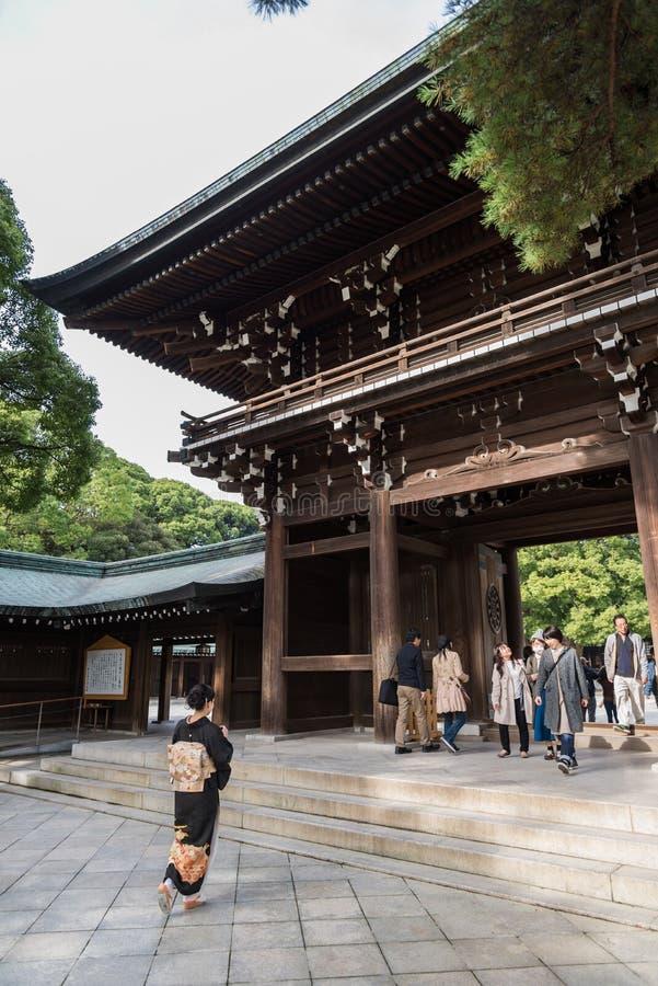 Ludzie chodzą przez Drewnianej świątyni Meiji Sintoizm w Shibuya Japonia obrazy stock
