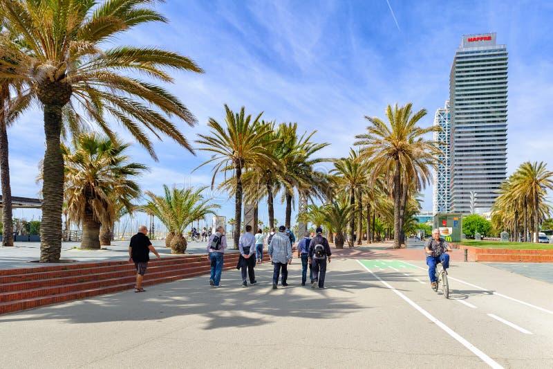 Ludzie chodzą przy deptakiem blisko Barceloneta plaży w Barcelona, Hiszpania obraz royalty free