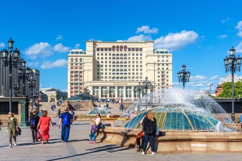 Ludzie chodzą w Moskwa centrum miasta w lecie fotografia stock