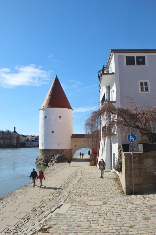 Ludzie chodzą wzdłuż austeria rzecznego deptaka w Passau, Niemcy zdjęcia stock