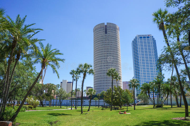 Ludzie chodzić, cieszy się Henry b Roślina park, uniwersytet Tampa obraz royalty free