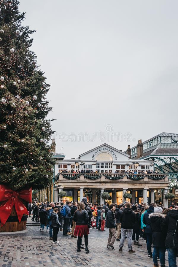 Ludzie chodzi Gigantyczną choinką w Covent Garden rynku, Londyn, UK obrazy royalty free