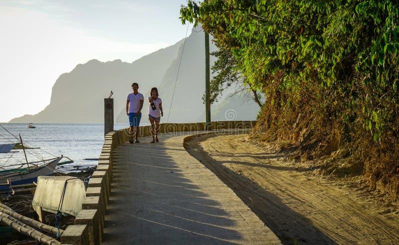 Ludzie chodzi na drodze z morzem fotografia stock