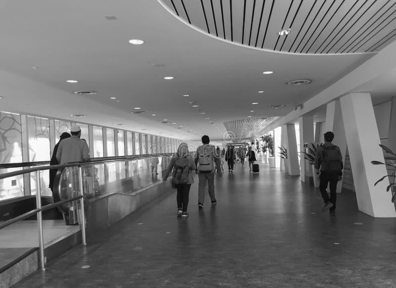 Ludzie chodzi na lobby przy Dębnym syna Nhat lotniskiem w Saigon, Wietnam zdjęcia royalty free