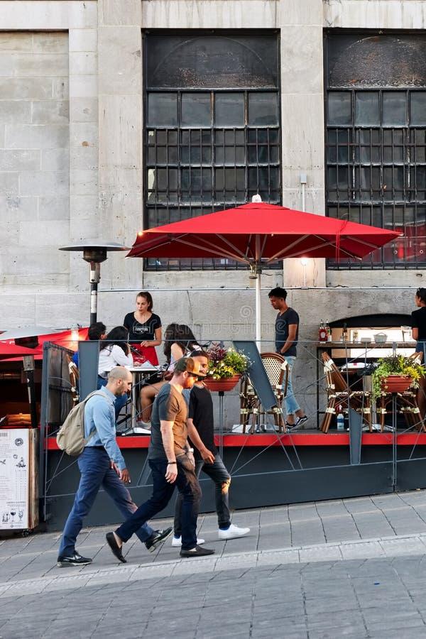 Ludzie chodzi na obsiadaniu w kawiarni w starym porcie Montreal i ulicie, Quebec, Kanada zdjęcie royalty free
