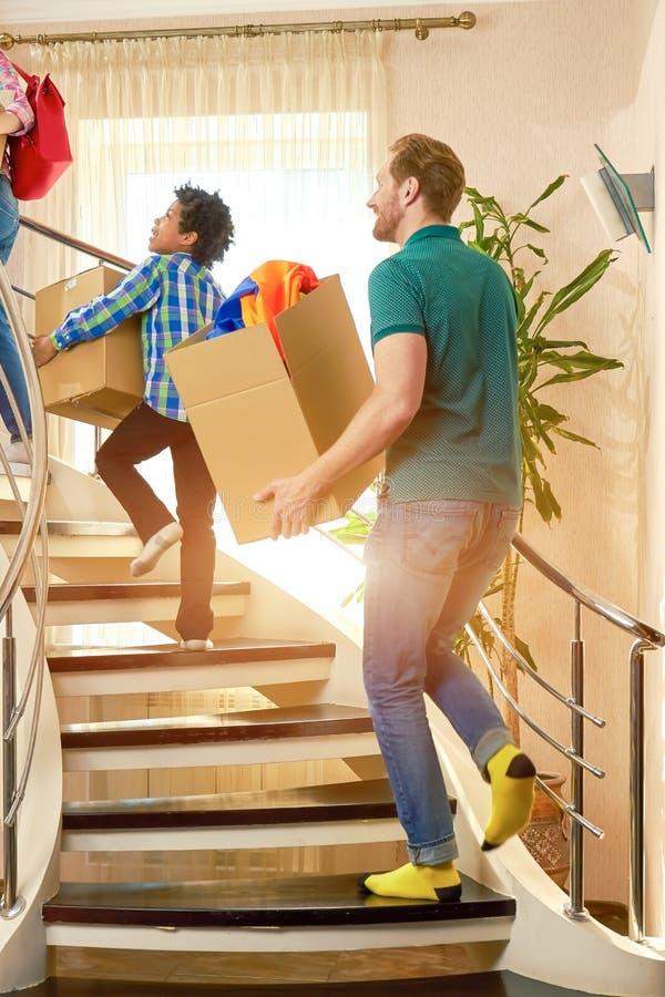 Ludzie chodzi na piętrze z pudełkami zdjęcie royalty free
