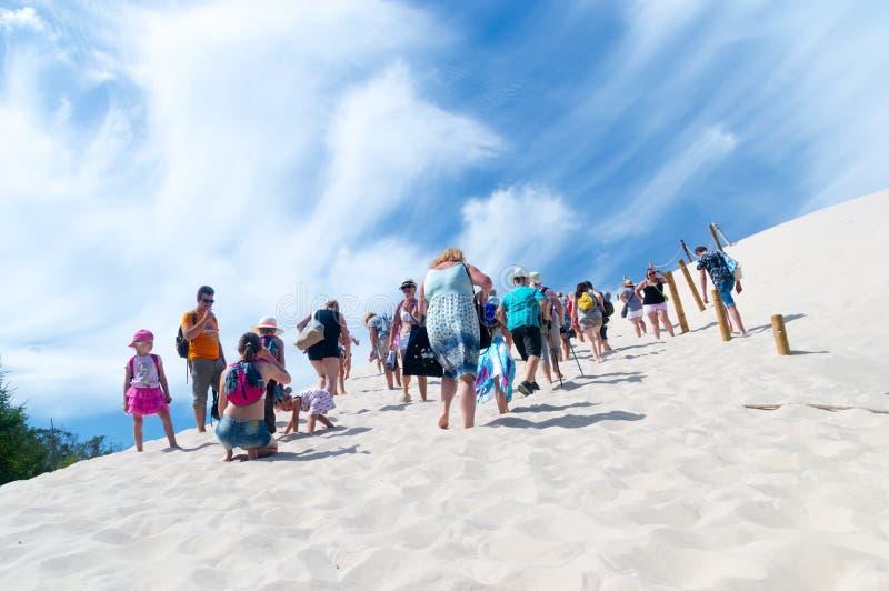 Ludzie chodzi na piasek diunach przy Slowinski parkiem narodowym zdjęcia stock