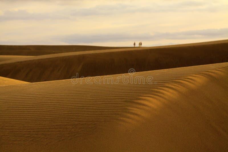 Ludzie chodzi na piasek diunach w Maspalomas zdjęcia royalty free