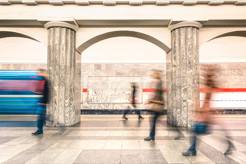 Ludzie chodzi na platformie podziemna metro stacja metru zdjęcia stock