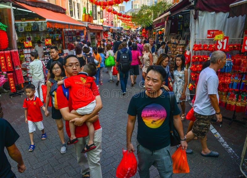 Ludzie chodzi na ruchliwej ulicie obrazy stock