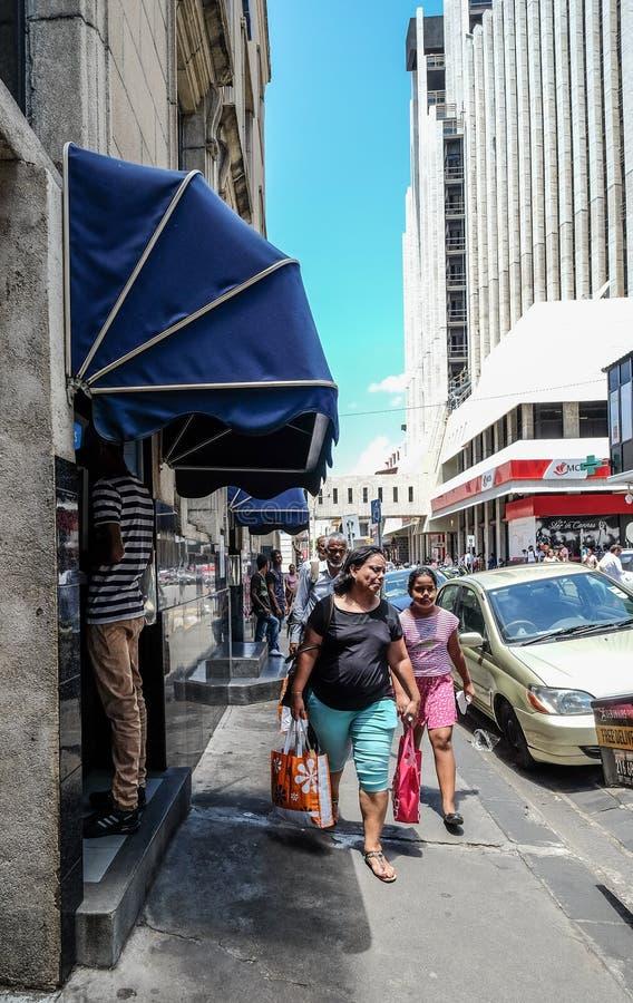 Ludzie chodzi na ulicie Port Louis zdjęcia royalty free