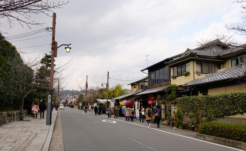 Ludzie chodzi na ulicie przy Arashiyama okręgiem w Kyoto, Japonia zdjęcie stock