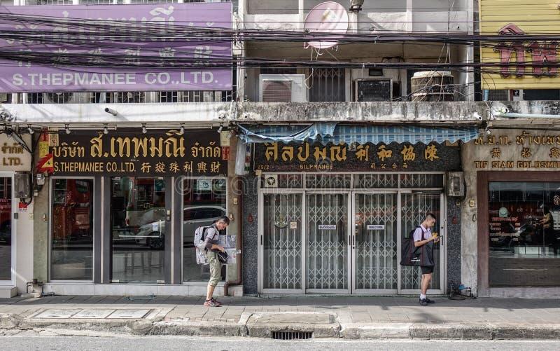 Ludzie chodzi na ulicie w Bangkok, Tajlandia fotografia stock