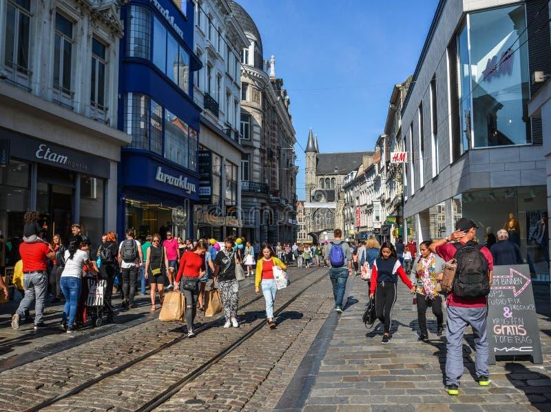 Ludzie chodzi na ulicie w Gent, Belgia fotografia stock