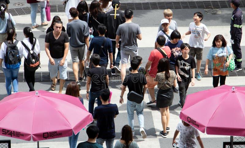 Ludzie chodzi na zebry skrzyżowaniu przy centrum Bankgok obraz stock