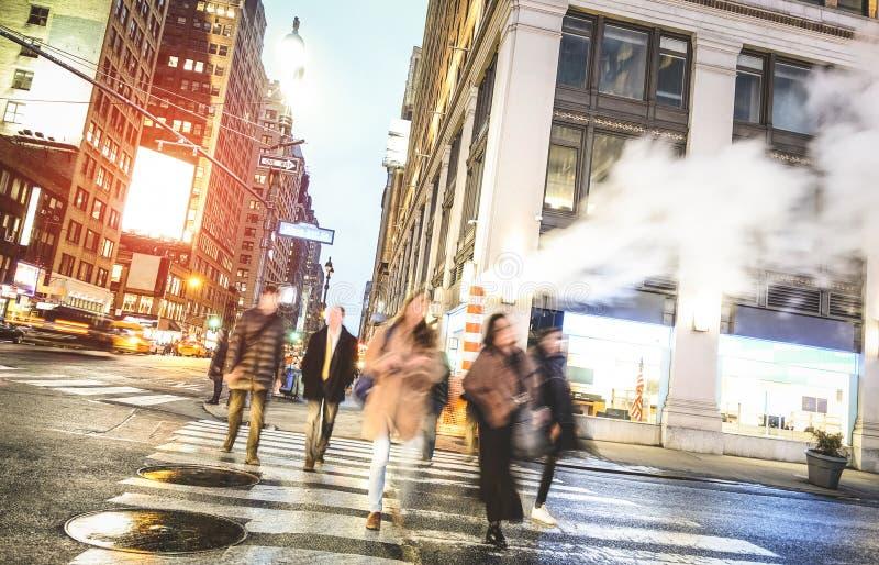 Ludzie chodzi na zebry skrzyżowaniu na zachodu 31th st w Manhattan, Miasto Nowy Jork - zdjęcie stock