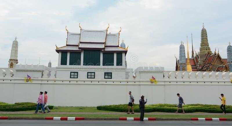 Ludzie chodzi na zewnątrz Uroczystego pałac w Bangkok, Tajlandia obrazy royalty free