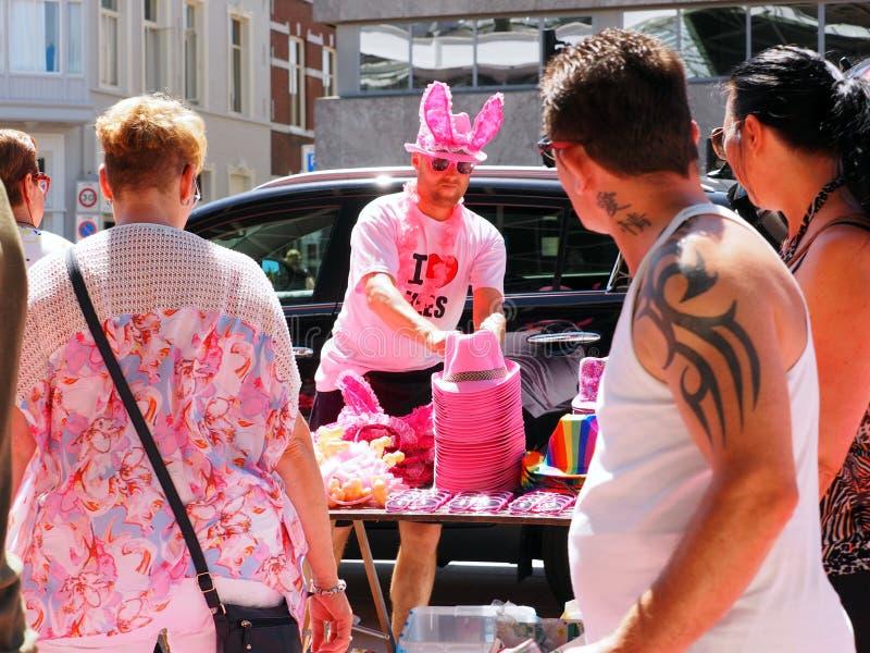 Ludzie chodzi od stacji funfair w Tilburg, holandie zdjęcie royalty free