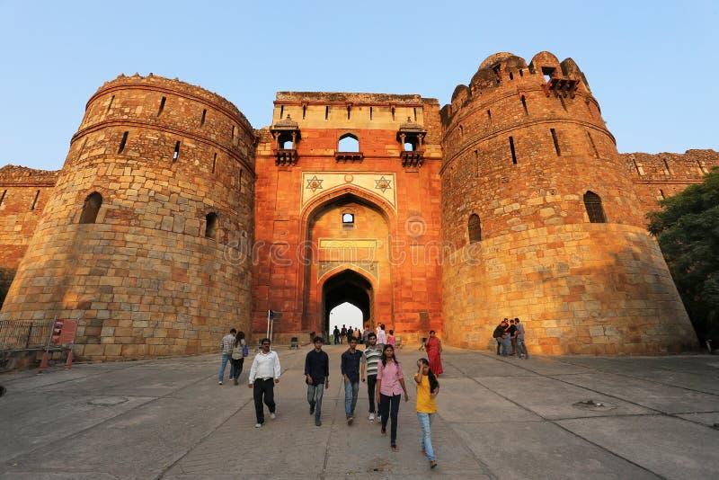 Ludzie chodzi przez Bara Darwaza, Duża brama Purana Qila, Ne zdjęcie stock