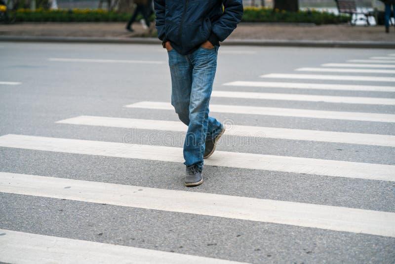Ludzie chodzi przez ulicę w Hanoi, Wietnam zbliżenie fotografia royalty free