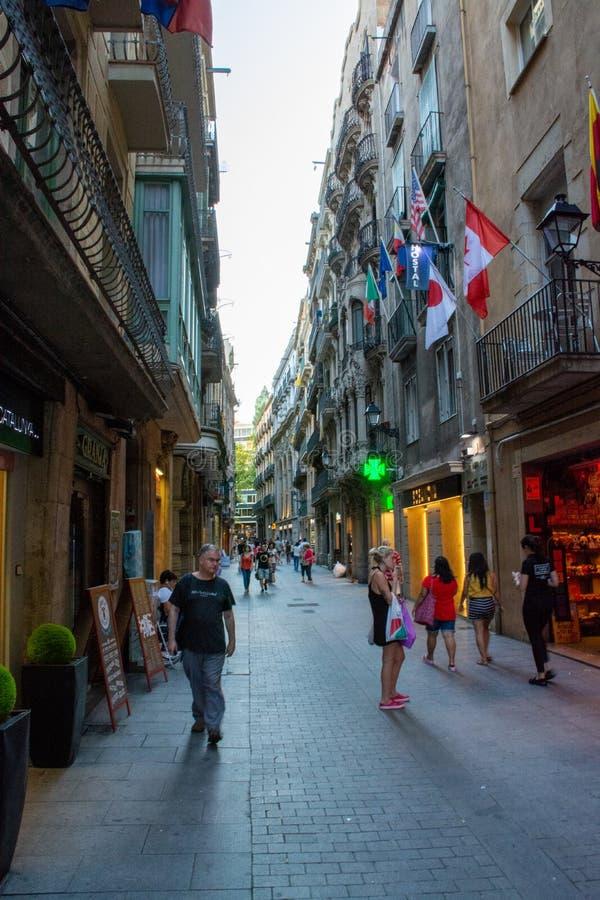 Ludzie chodzi przez ulicy Barcelona fotografia stock