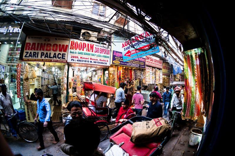 Ludzie chodzi przez wąskich ulic chandni chowk w Delhi obrazy royalty free