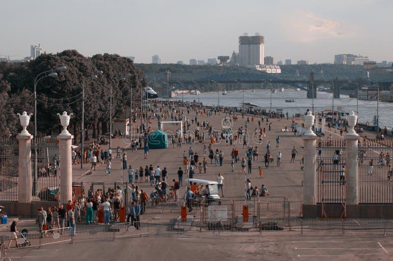 Ludzie chodzi przy Parkowym Kultura w Moskwa, Rosja. zdjęcie royalty free