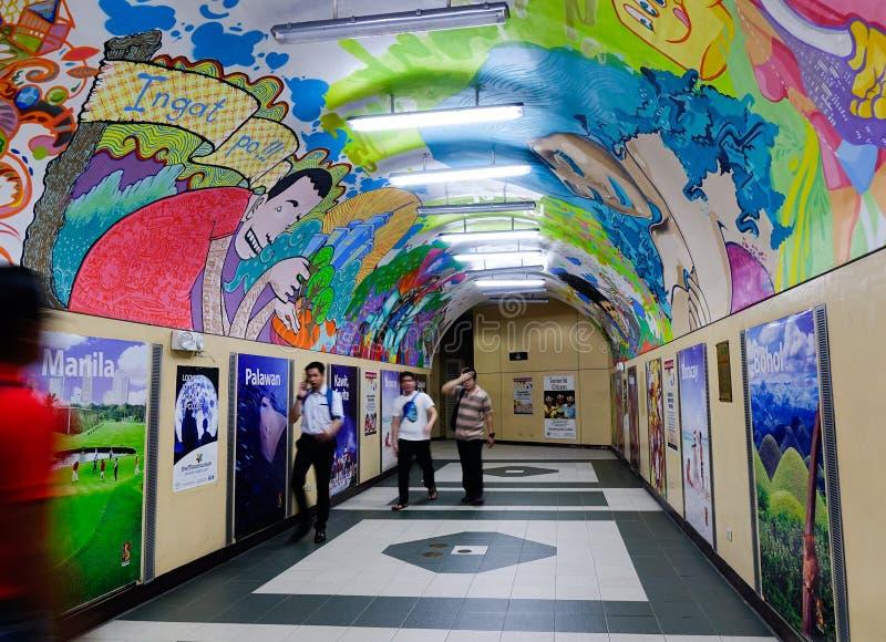 Ludzie chodzi przy stacją metru w Manila, Filipiny zdjęcie stock