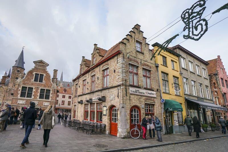 Ludzie chodzi przy ulicą w Bruges, Belgia zdjęcia royalty free