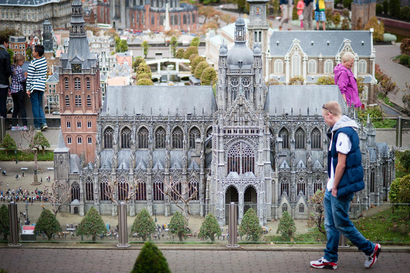 Ludzie chodzi wśród miniatur zdjęcia royalty free
