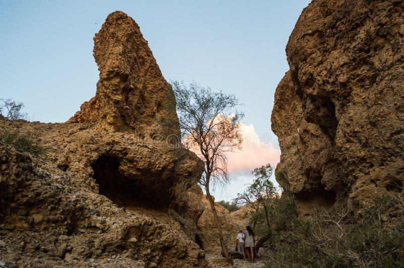 Ludzie Chodzi Wśrodku Sesriem jaru przy zmierzchem, Namibia zdjęcie royalty free
