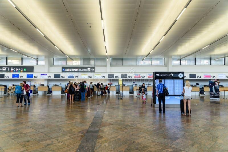 Ludzie Chodzi Wśrodku Terminal Wiedeń lotnisko międzynarodowe obraz stock